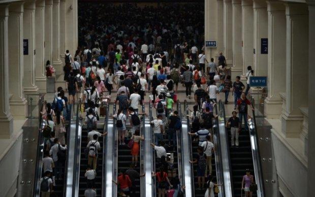 Появилось жуткое видео массового падения с эскалатора в Гонконге