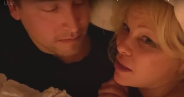 """Памела Андерсон поділилася інтимними одкровеннями про шостий шлюб: """"Не вилазимо з ліжка"""""""