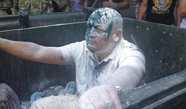 """В Одессе устроили """"мусорную"""" люстрацию чиновнику (фото)"""