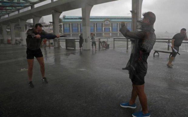 Сносит людей и грузовики: появились первые видео сокрушительного тайфуна в Гонконге