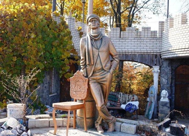 """Пам'ятник Остапа Бендера встановили в центрі Жмеринки: """"великий комбінатор"""" повернувся"""