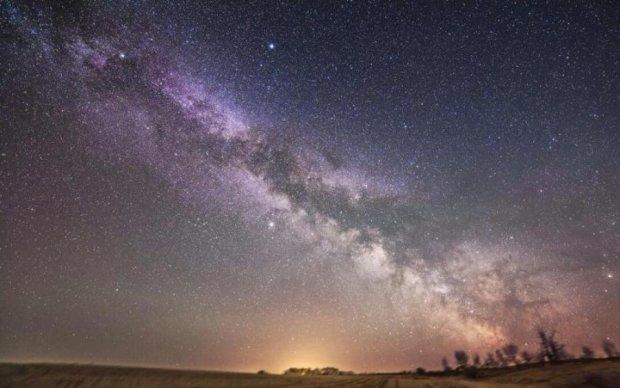 Кружляє і розфарбовує небо: мережу заворожив вид Чумацького шляху