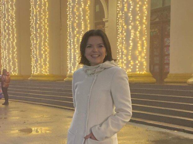 """Стильна Марічка Падалко в білому пальто розкрила несподіваний секрет, хто б міг подумати: """"Не знімаю 15 років"""""""