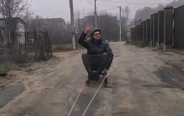 Под Львовм мужчину прокатили на санках по грязи, кадр из видео ТСН: Facebook Дмитрий Вознюк