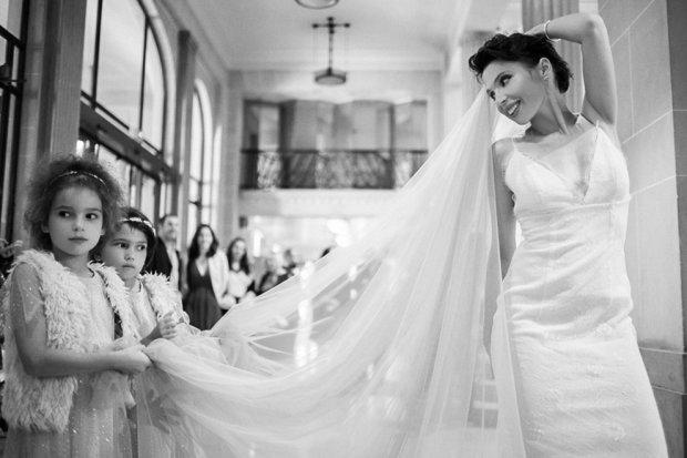"""Українська письменниця """"вкрала серце"""" у нащадка Ґюґо: зворушливі фото з весілля"""