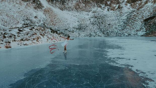 """Українка взяла червону стрічку і приборкала легендарне озеро в Карпатах: """"Справжнє диво!"""""""