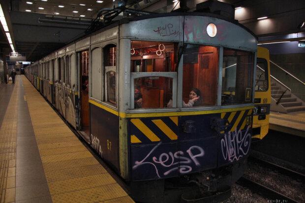 У столичному метро жінку штовхнули прямо на рейки: до прибуття поїзда залишалися секунди, відео