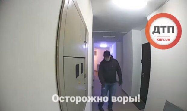 """Наглый домушник """"метит"""" квартиры киевлян: """"Зло не дремлет"""""""