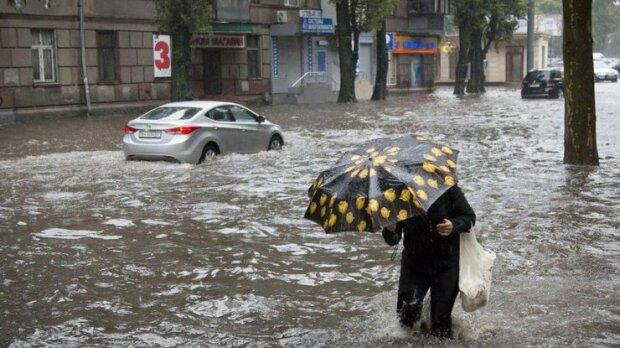 """""""Потопельники"""" на дорогах і маршрутки-""""басейни"""": Дніпро не впорався з осінньою зливою"""
