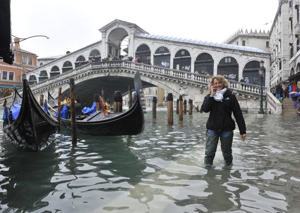 """Венеция """"плывет"""": масштабное наводнение затопило людей в городе, есть пострадавшие"""