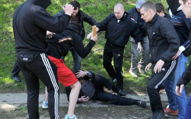 Київські хулігани кулаками та стільцями зустріли підстаркуватих алкоголіків з Ліверпуля: фото