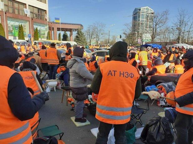 """""""Час минув, а гроші не повернули"""": розлючені дніпряни влаштували протест під ПриватБанком"""