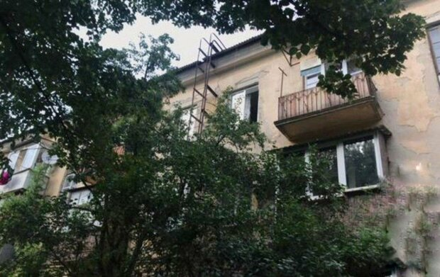 Под Днепром малышка полетела в пропасть со страшной высоты — замечталась на окне, а проснулась в реанимации