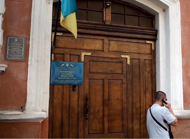 В українському СІЗО через COVID-19 почався бунт ув'язнених, люди ріжуть вени у протест