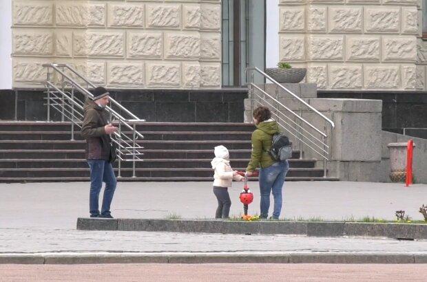 Батьки з дитиною, фото: кадр з відео