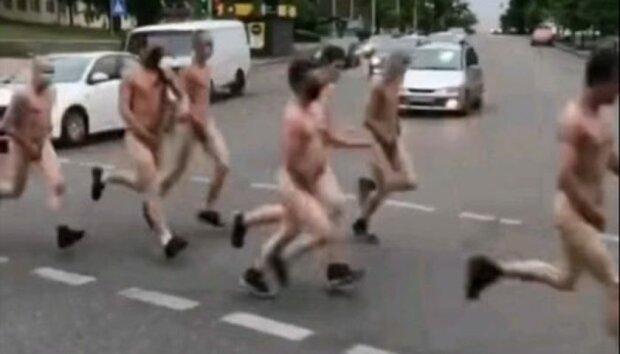 У Києві натовп голих хлопців потрусив причандаллям - зате в масках