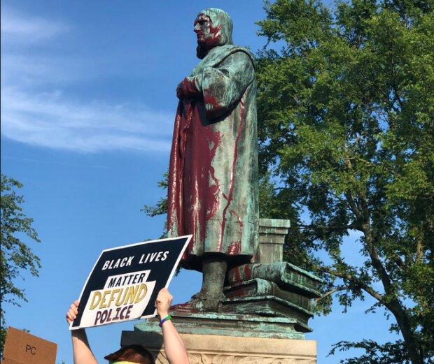 Протестующие начали сносить памятники Христофору Колумбу, фото: Twitter