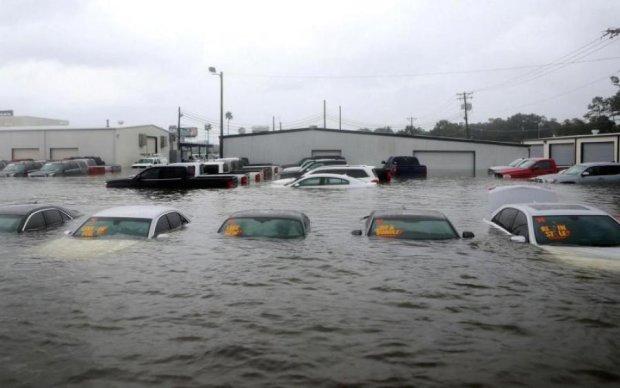 Машини витягали з води: шторм затопив курортні бази відпочинку