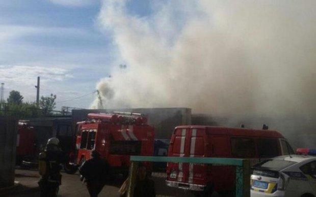 Масштабна пожежа охопила київський ринок: фото
