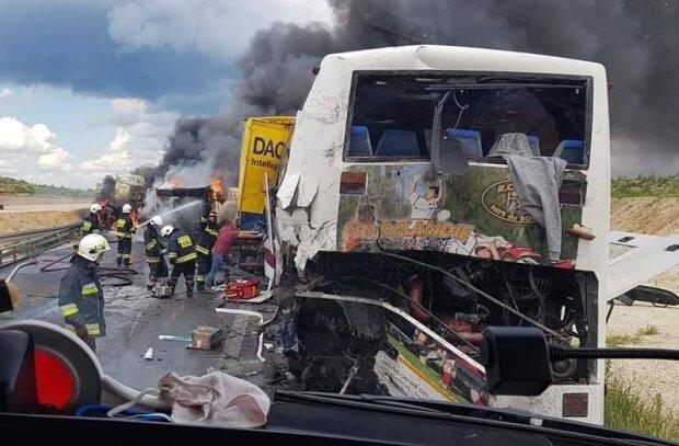 """У Польщі автобус з 40 українцями зіткнувся з вантажівкою, """"швидкі"""" розвозять десятки постраждалих"""