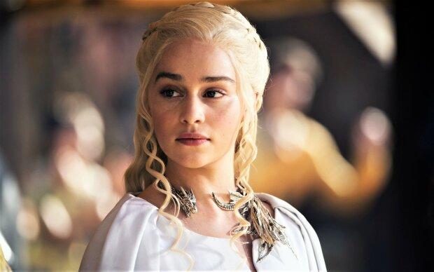 """Сериал закончился, повадки остались: звезда """"Игры престолов"""" обнажила грудь на церемонии """"Эмми"""""""