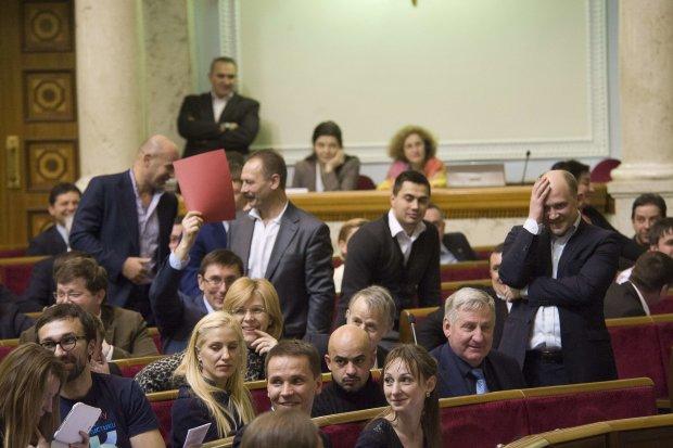 Сигареты по 40 и водка по 100: депутаты осчастливили украинцев
