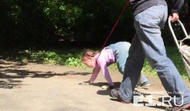 Россиянка вела дочь на поводке и просила гавкать (видео)