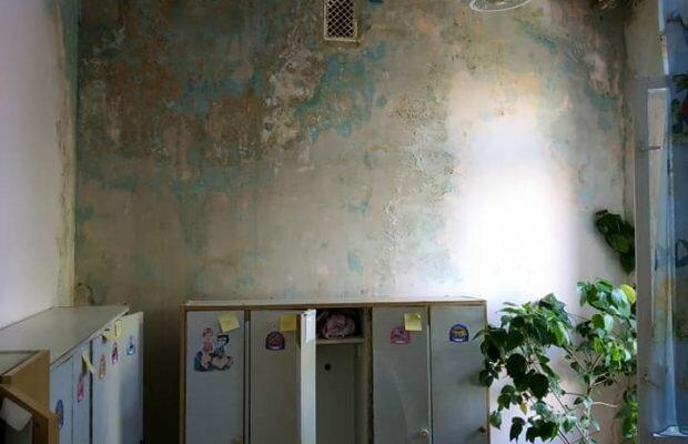 """Дірявий дах і стіни з грибком: дитячий садок """"європейського"""" Львова показали у всій красі"""