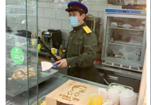 """Только соуса """"Новичок"""" не хватает: в Москве начали продавать """"сталинскую шаурму"""""""