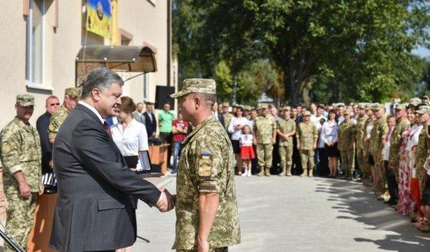 Порошенко приехал в Днепр с ключами от квартир