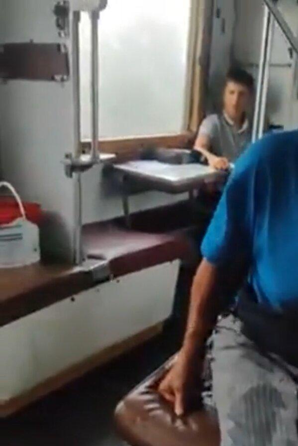В поезде протекла крыша, скриншот из видео / Facebook