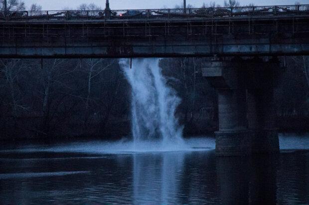 Водоспад окропу з моста Патона, скрін з відео