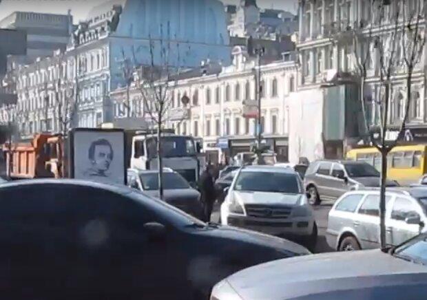 Киевлянка с банкой краски эпично отомстила бывшему: мужчины, прячьте машины