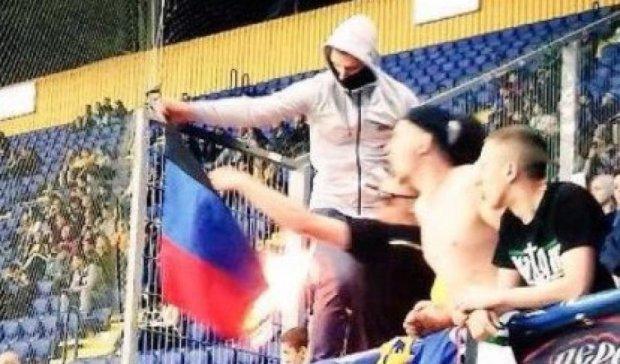 """На матчі """"Шахтар - Металіст"""" фани спалили стяг """"ДНР"""" (фото)"""
