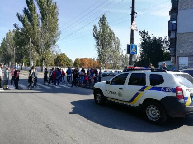 """""""Прекратите калечить наших детей!"""": в Запорожье разъяренные родители устроили бунт возле школы"""