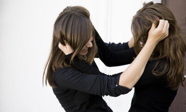 Під Києвом школярки жорстоко розправилися з однокласницею: за справу взялася поліція