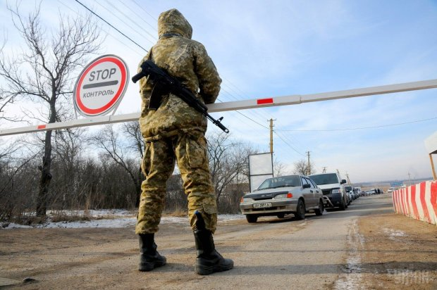 Воєнний стан в Україні: конфіскації, перевірки, перші жертви