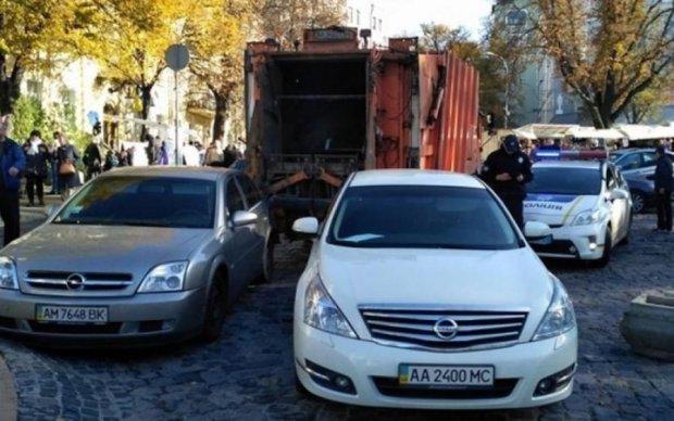 Сміттєвоз розштовхав авто в центрі Києва