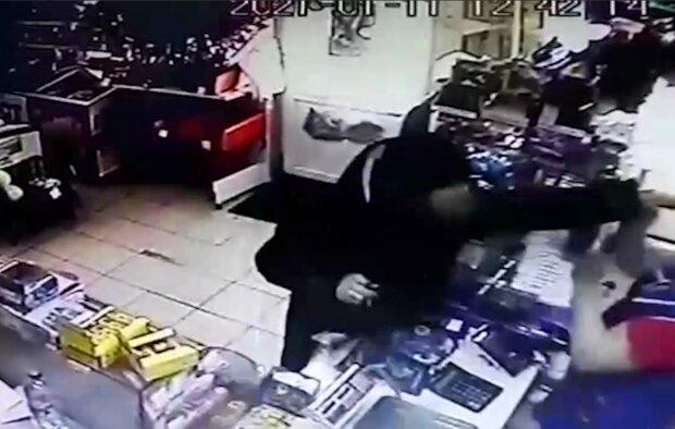 Напад у магазині, кадр з відео