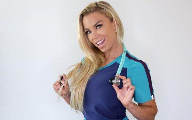 Дихайте глибше: гаряча медсестра навчить вас головного