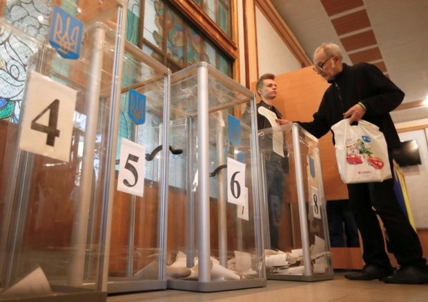 """Мужчина """"положил"""" на выборы прямо в кабинке для голосования: кадры взорвавшие сеть"""