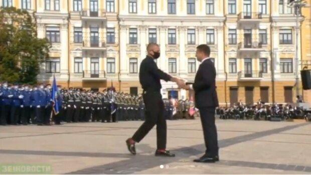 Зеленский награждает Михалка, скриншот видео