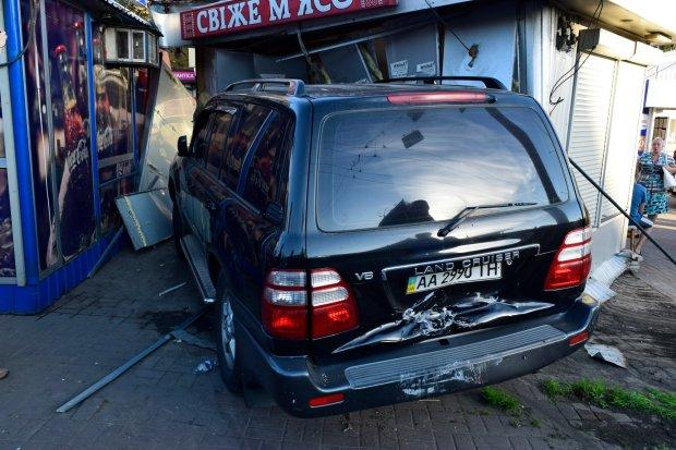 Шансів не було: у Києві пішохід потрапив під колеса позашляховика, моторошні фото