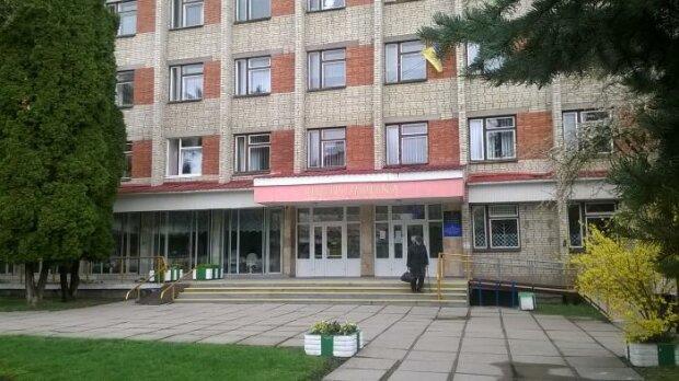 """Во львовской поликлинике появятся """"золотые"""" двери: журналисты раскрыли схему бизнесменов с чужими паспортами"""