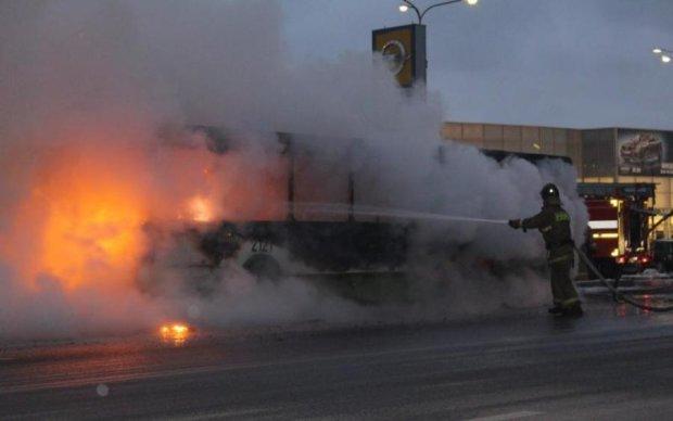 В Москве взорвался и дотла выгорел автобус: фото, видео