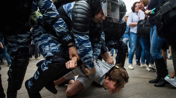 В Киеве озверевшие пьяные подростки жестоко избили пенсионера: видео