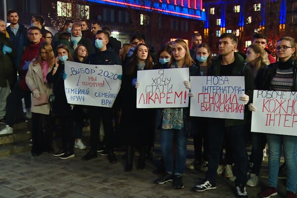 """У Вінниці студенти-медики вийшли на безстроковий протест, шишки летять у міністра Зеленського: """"Ми - не раби!"""""""