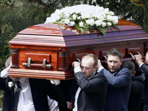 Дніпрян змусять брати кредити на похорони