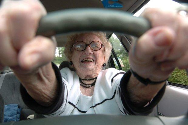 Бабця вирішила покататися з вітерцем на крутій тачці, але повернула не туди: це може бути дуже небезпечно