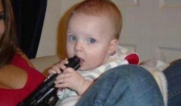 Беспорядок оружия в США: двухлетний ребенок застрелился из пистолета